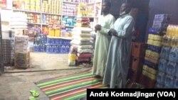 A l'heure de la rupture du jeûne à N'Djamena, le 13 mai 2020. (VOA/André Kodmadjingar).
