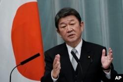 Toshimitsu Motegi, Menteri Luar Negeri, memberi isyarat saat dia berbicara selama konferensi pers di kediaman resmi perdana menteri Rabu, 16 September 2020, di Tokyo. (Foto AP / Eugene Hoshiko)