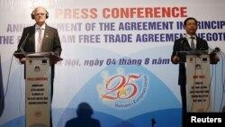 Bộ trưởng Bộ Công Thương Việt Nam Vũ Huy Hoàng Việt Nam và Đại sứ - Trưởng Phái đoàn Liên minh Châu Âu (EU) tại Việt Nam trong cuộc họp báo tại Hà Nội, ngày 4/8/2015.