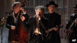 鲍勃·迪伦(中)在2011年格莱美奖颁奖典礼上表演。