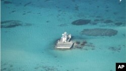 Các kiến trúc Trung Quốc trên bãi đá Gạc Ma trong quần đảo Trường Sa ở Biển Đông. Philippines đã phản đối hoạt động bồi đắp đất của Trung Quốc trong các rạn san hô đang tranh chấp ở Biển Đông