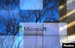 Tư liệu- Một ảnh quảng cáo trên màn ảnh lớn tại văn phòng Microsoft ở Cambridge, bang Massachusetts, Hoa Kỳ.