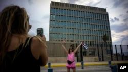 Quelques personnes se prennent des photos devant l'ambassade américaine a Havane, Cuba, 11 août 2015.
