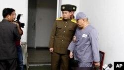 2014年1月20日,被北韓關押的韓裔美國傳教士裴俊浩在平壤友誼醫院對記者講完話後被帶離會場。