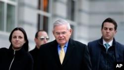 El senador demócrata por Nueva Jersey, Bob Menéndez (centro) sale de la corte federa en Newark, N.J., el martes 14 de noviembre de 2017.