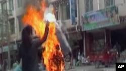 中国西南四川藏区藏族尼姑班丹曲措2011年11月3日在街头自焚的视频截图