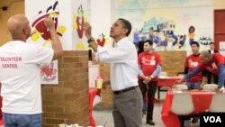 El presidente Barack Obama participó en la tarea social durante el cumpleaños de la primera dama, ayudando a pintar una escuela en Washington.