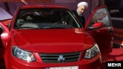 حسن روحانی در حال تست یک خودروی ساخت ایران