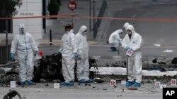 Chuyên gia xử lý bom tại hiện trường vụ nổ ở trung tâm Athens, ngày 10/4/2014.