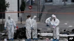 Stručnjaci za eksploziv na poprištu eksplozije bombe u Grčkoj, 10. april, 2014.