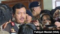 Calon Kepala Badan Intelijen Negara Budi Gunawan ketika ditanya wartawan usai mengikuti uji kelayakan dan kepatutan di Komisi I DPR, Rabu, 7 September 2016. (VOA/Fathiyah Wardah)
