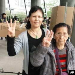 96歲的許婆婆(右)與蘇太太都投票支持唐英年