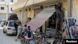 در پی اعلام آتش بس شهروندان حومه حلب برای بازگشایی یک مغازه تلاش میکنند.