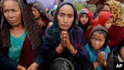29일 네팔 지진 피해지역인 산악 마을 굼다에서 주민들이 구호품 배분을 기다리고 있다.