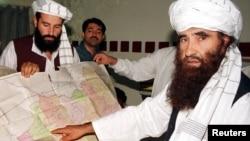 哈卡尼网络集团首领手指一幅阿富汗地图