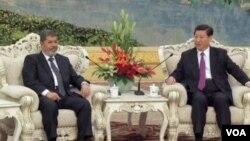 中国领导人习近平在北京会见到访的埃及总统摩尔西 (美国之音视频截图)