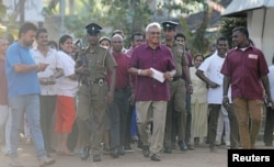 گوتابایا راجاپکسے ووٹ ڈالنے کے لیے اپنی حامیوں کے ہمراہ پولنگ اسٹیشن پہنچے