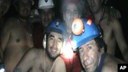 En esta imagen aparecen varios de los 33 mineros el 17 de septiembre de 2010, cuando ya llevaban casi un mes y medio encerrados.