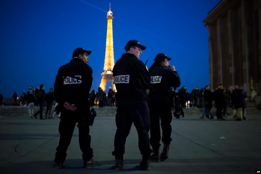 警察在巴黎埃菲爾塔下面巡邏(2017年4月21日)