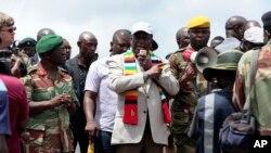 Rais Emmerson Mnangagwa akizungumza na waathirika wa janga la kimbunga Idai