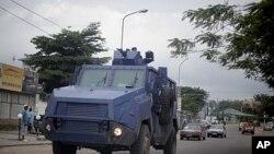 ຕຳຫຼວດປາບຈະລາຈົນຂອງຄອງໂກ ຂັບລົດຫຸ້ມເກາະລາຕະເວນໄປມາ ຢູ່ຕາມຖະໜົນຫົນທາງ ໃນນະຄອນຫຼວງ Kinshasa (7 ທັນວາ 2011)