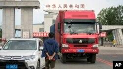 지난 9월 중국 접경도시 훈춘에서 북한 번호판을 탄 트럭이 취안허 세관을 통과해 입경하고 있다. (자료사진)