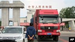 一辆挂着朝鲜车牌的卡车从中国吉林省延边市的一个边界哨卡驶过。(2017年9月8日)