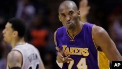 Kobe Bryant celebra una canasta en un juego de la NBA. Ayer rompió el récord de anotaciones que mantenía Michael Jordan.