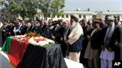 ປະທານາທິບໍດີອັຟການິສຖານ ທ່ານ Hamid Karza (3 ຈາກຂວາ) ຮ່ວມໃນພິທີສົ່ງສະການອະດີດ ປະທານາທິບໍດິ Burhanuddin Rabbani ທີ່ຖືກຄາດຕະກໍາ ຢູ່ທໍານຽບປະທານາທິບໍດີ ໃນນະຄອນຫລວງກາບູລ, ວັນທີ 23 ກັນຍາ 2011.