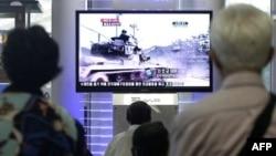 Truyền hình chiếu cảnh một cuộc tập trận của quân đội Nam Triều Tiên ở Seoul, ngày Thứ Tư 10/8/2011