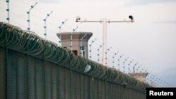 """کمرههای امنیتی بر فراز دیوارهای محلاتی که مقامات چین آن را """"مراکز آموزشی"""" توصیف میکنند"""