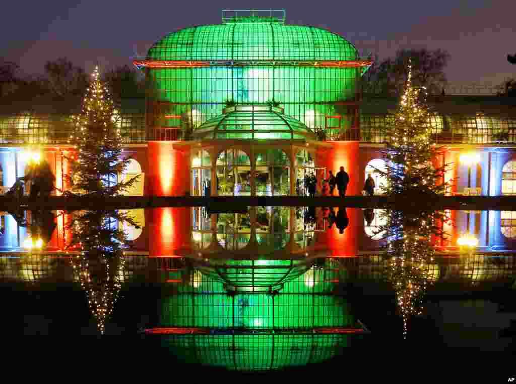 អគារមួយចាំងជាមួយនឹងទឹកនៅក្នុងសួន Palmgarten ក្នុងពិធីតាំងពិព័រណ៍ Winter Lights ទីដែលអគារ ដើមឈើ និងបឹងនានាត្រូវបានបំពាក់ភ្លើងពណ៌ ក្នុងក្រុង Frankfurt ប្រទេសអាល្លឺម៉ង់ កាលពីថ្ងៃទី១៧ ខែធ្នូ ឆ្នាំ២០១៦។