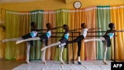 Les étudiants s'étirent pendant les répétitions à la Leap of Dance Academy à Ajangbadi, Lagos, le 3 juillet 2020.