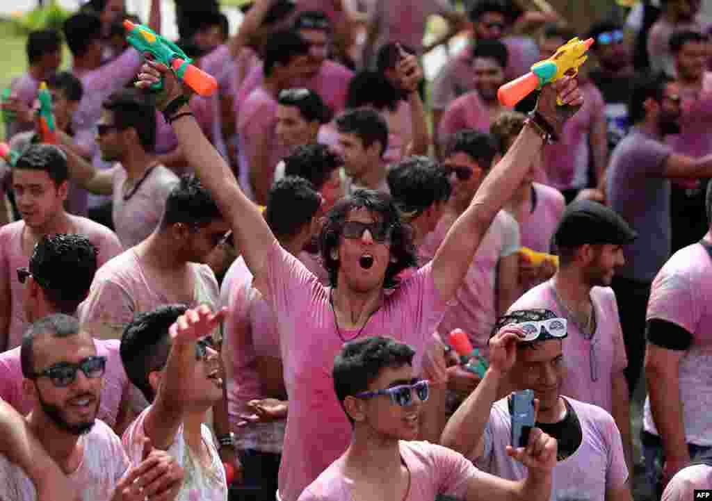 جوانان عراقی با به دست گرفتن سلاحهای آب پاش در «جشنواره رنگ» در بغداد شرکت میکنند. اين فستيوال با هدف حمایت از نیروهای عراقی و واحدهای بسیج مبارزه علیه دولت اسلامی (IS) سازمان یافته است.