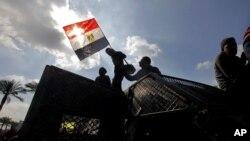 Demonstranti u Egiptu drže nacionalnu zastavu