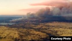 加州中部谷地大火浓烟远飘邻州
