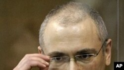 Former Yukos CEO Mikhail Khodorkovsky stands behind a glass wall at a court in Moscow, Russia (file photo)