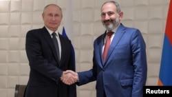 Президент России Владимир Путин и премьер-министр Армении Никол Пашинян на саммите Евразийского экономического союза в Ереване, 1 октября 2019 года