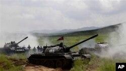 북한이 지난 27일 공개한 탱크 부대 훈련 장면.