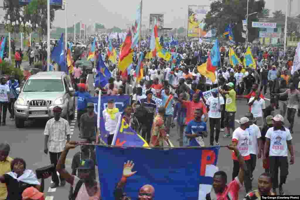 Les protestataires marchent contre l'arrêt de la cour Constitutionnelle autorisant le président Joseph Kabila de rester au-delà des limites de la Constitution si l'élection présidentielle ne se tient pas avant la fin 2016, à Kinshasa, 26 mai 2016. (VOA / Top Congo)