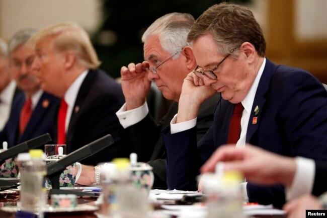 2017年11月9日,美國貿易代表羅伯特·萊特希澤(Robert Lighthizer,右)和美國國務卿雷克斯·蒂勒森(Rex Tillerson)出席了美國總統唐納德·川普和中國國家主席習近平的雙邊會晤。