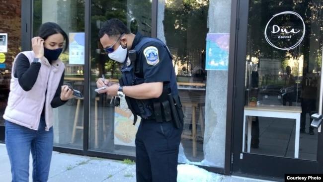 Vivit Kavi saat melaporkan kejadian kepada polisi di Washington, D.C. (Dok: Vivit Kavi)