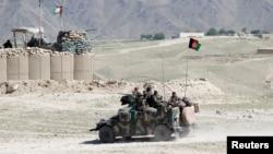 Pasukan khusus Afghanistan berpatroli di Pandola desa dekat lokasi pengemboman AS di distrik Achin provinsi Nangarhar di Afghanistan Timur, 14 April 2017. (Foto: dok.)