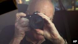 El senador Patrick Leahy toma fotos de La Habana durante una visita de tres días por parte de legisladores demócratas.
