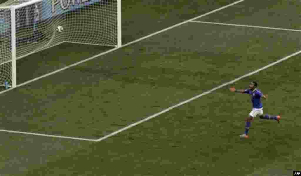 Робиньо (Бразилия), празднует гол во время четвертьфинала футбольного матча между Нидерландами и Бразилией на стадионе «Нельсон Мандела Бэй» в Порт-Элизабет, Южная Африка. Пятница, 2 июля, 2010г. (Фото AП / Майкл Сон)