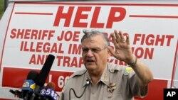 El jefe de policía del condado de Maricopa, Joe Arpaio, anuncia planes para realizar patrullajes de tránsito dirigidas a los inmigrantes, el 29 de julio de 2019, en Arizona. (Foto AP/Ross D. Franklin, Archivo)