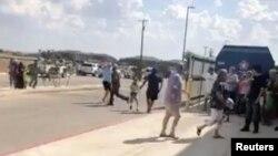 Para pengunjung dievakuasi dari bioskop Cinergy Odessa menyusul penembakan massal di Odessa, Texas. Foto diambil dari rekaman video media sosial, 31 Agustus 2019. (Foto: Rick Lobo via Reuters)