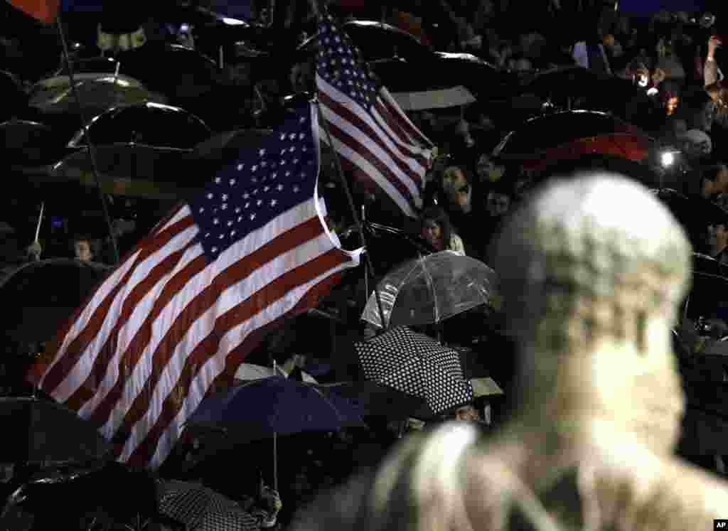 Американский флаг над площадью Святого Петра в Ватикане: католики из США специально приехали чтобы засвидетельствовать историческое событие