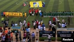 Les joueuses des équipes Al-tahadi (en vert) et Al-Difaa (en jaune) avant le premier match de football féminin du Soudan au stade de Khartoum, le 30 septembre 2019.