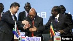 4일 남아프리카공화국에서 열린 중국-아프리카 협력포럼에 참석한 시진핑 중국 국가주석(왼쪽)이 제이콥 주마 남아공 대통령(가운데), 로버트 무가베 짐바브웨 대통령과 차례로 인사를 나누고 있다.